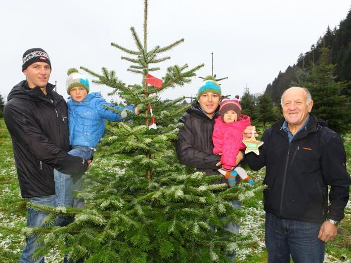Die Frastanzer Christbaum-Produzenten Gerhard Güfel sowie Daniel und Bruno Lederle (v. l.) mit Jonathan und Sophia.
