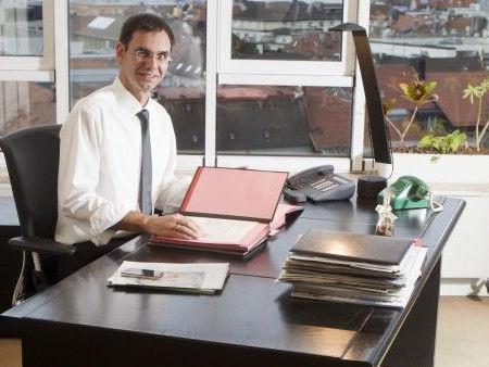 """Markus Wallner setzte sich gestern erstmals an seinen neuen Schreibtisch im LH-Büro: """"Auf den Moment vorbereiten."""""""