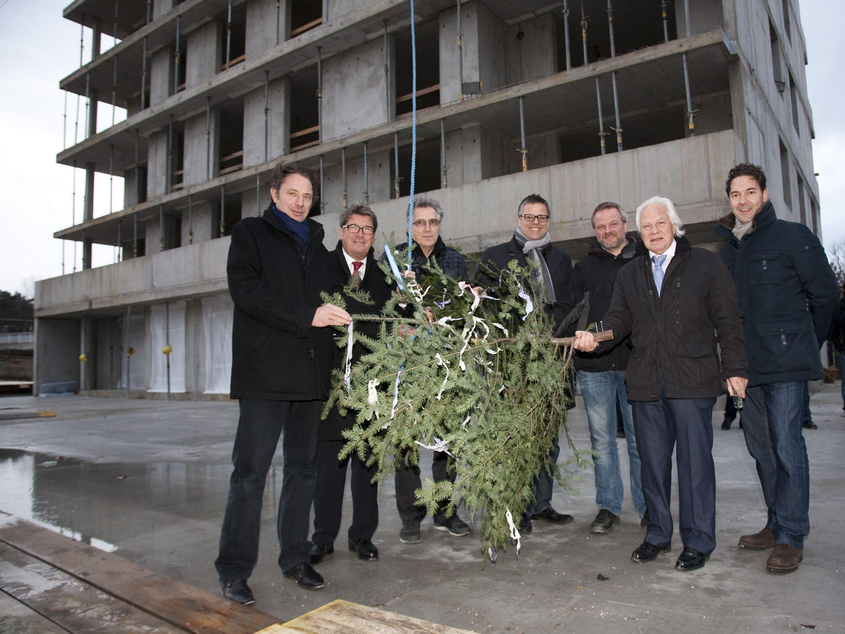 Feierten einen weiteren erfolgreichen Bauabschnitt: (von links) Architekt Christian Matt, Wilhelm Muzyczyn (Alpenländische Heimstätte), Hans Schiller (Wohnbauselbsthilfe), Roland Frühstück (ÖVP Klubobmann), Hansjörg Österle (Vogewosi), Günter Schertler und Alexander Stuchly von i + R Schertler-Alge.