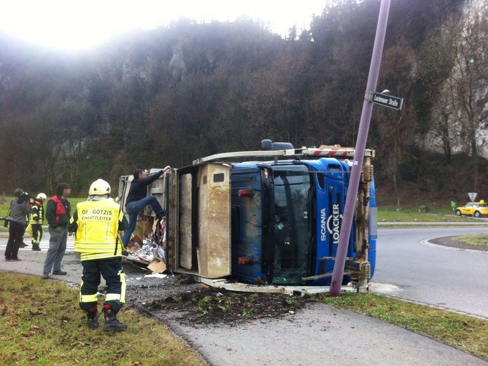 Lkw kippte in Kreisverkehr um - Zwei Verletzte