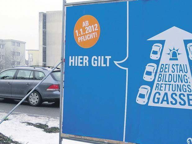 Bei der Autobahnauffahrt Wolfurt weist ein Plakat auf die Rettungsgassenpflicht hin.
