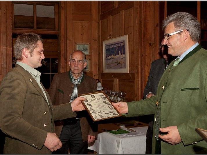 Bezirks-Jägermeister Hans Metzler überreicht den Jungjägern den Jägerbrief