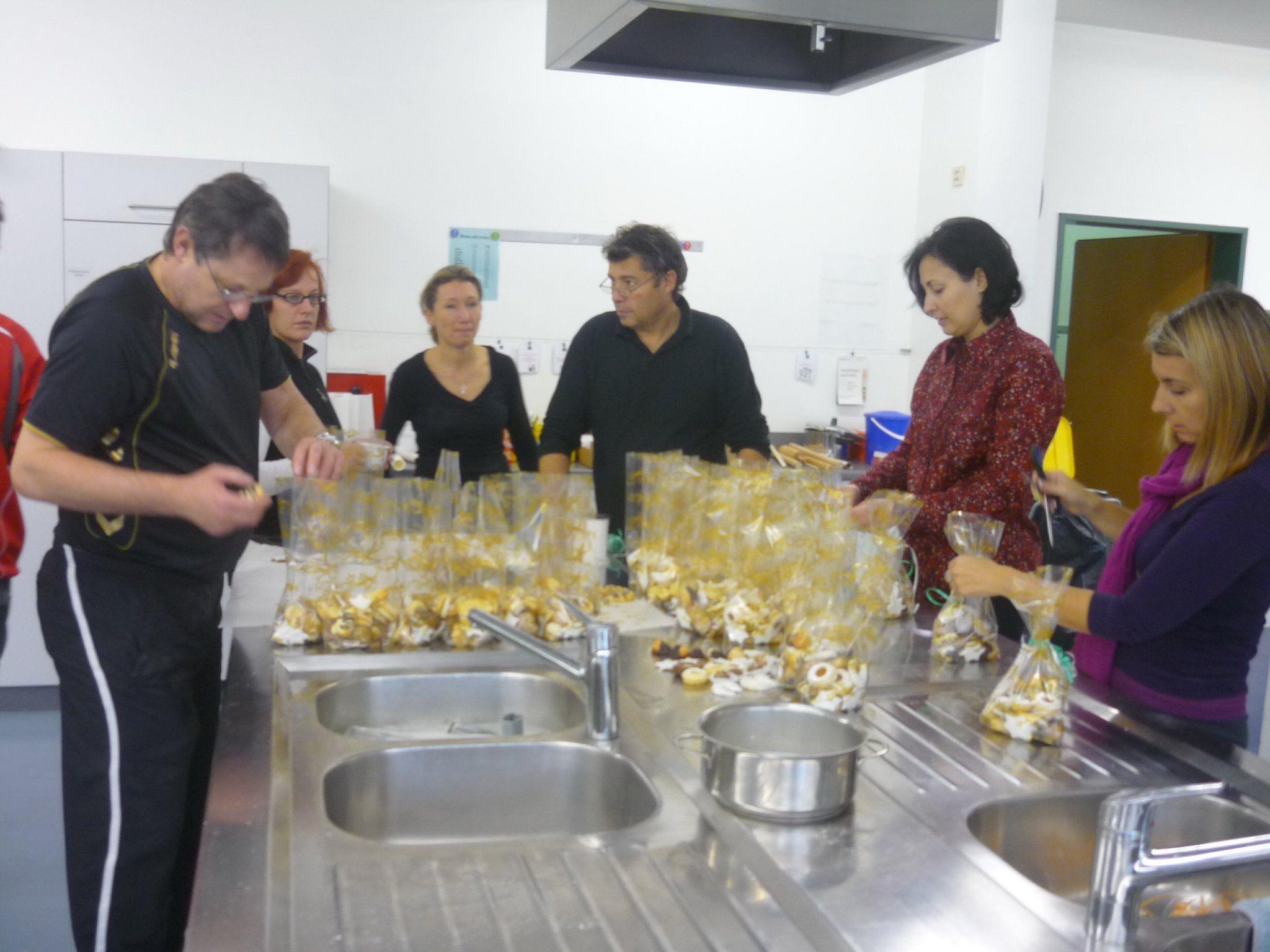 Nachwuchstrainer und Helfer haben Weihnachtskekse im FCD-Kiosk gebacken.