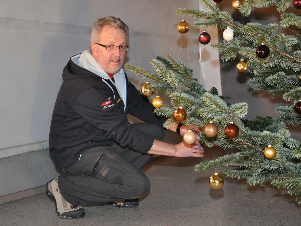 Schützenrat Reinhard Gisinger traf letzte Vorbereitungen für das Christbaumkugelschießen.