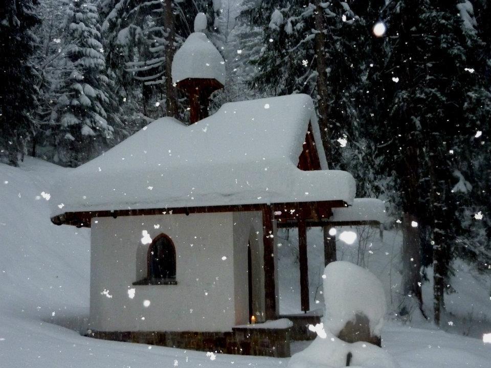Winterwunderwelt - Die Mansaura Kapell am Güterweg von Vandans zum Maisäß Ganeu.