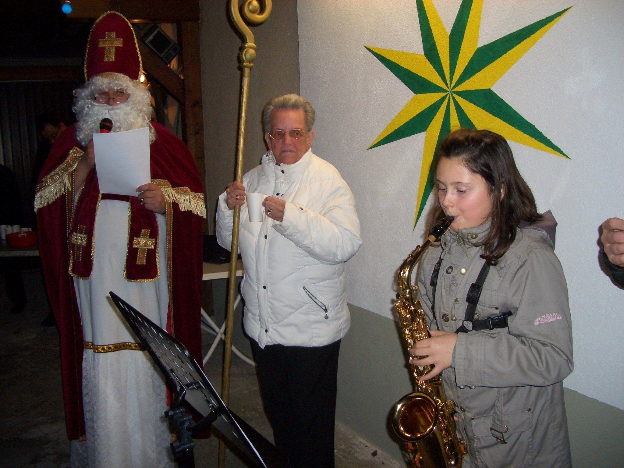 St. Nikolaus wurde von Tamara musikalisch begrüßt.