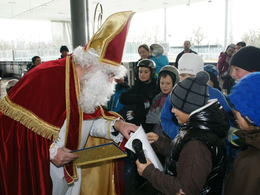 Der Nikolaus verteilte heute am Eislaufplatz kleine Geschenke.