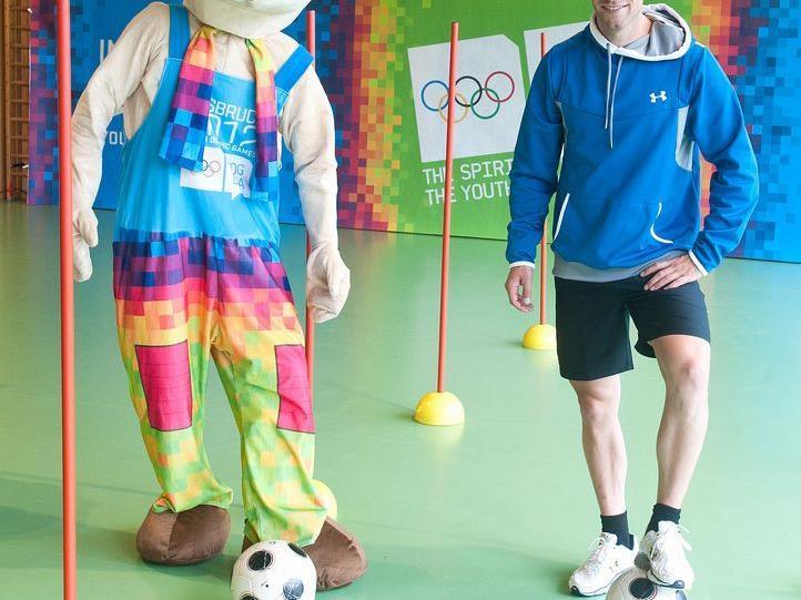 Benni Raich ist Botschafter der Olympischen Jugend-Spiele, hier mit dem Maskottchen Yoggi.