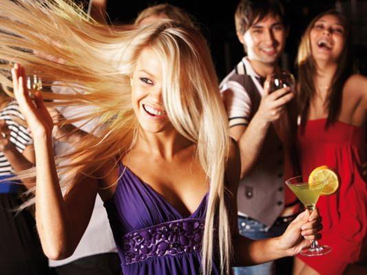 Bunt und schrill nimmt die Sommernachts-Party Fahrt auf!