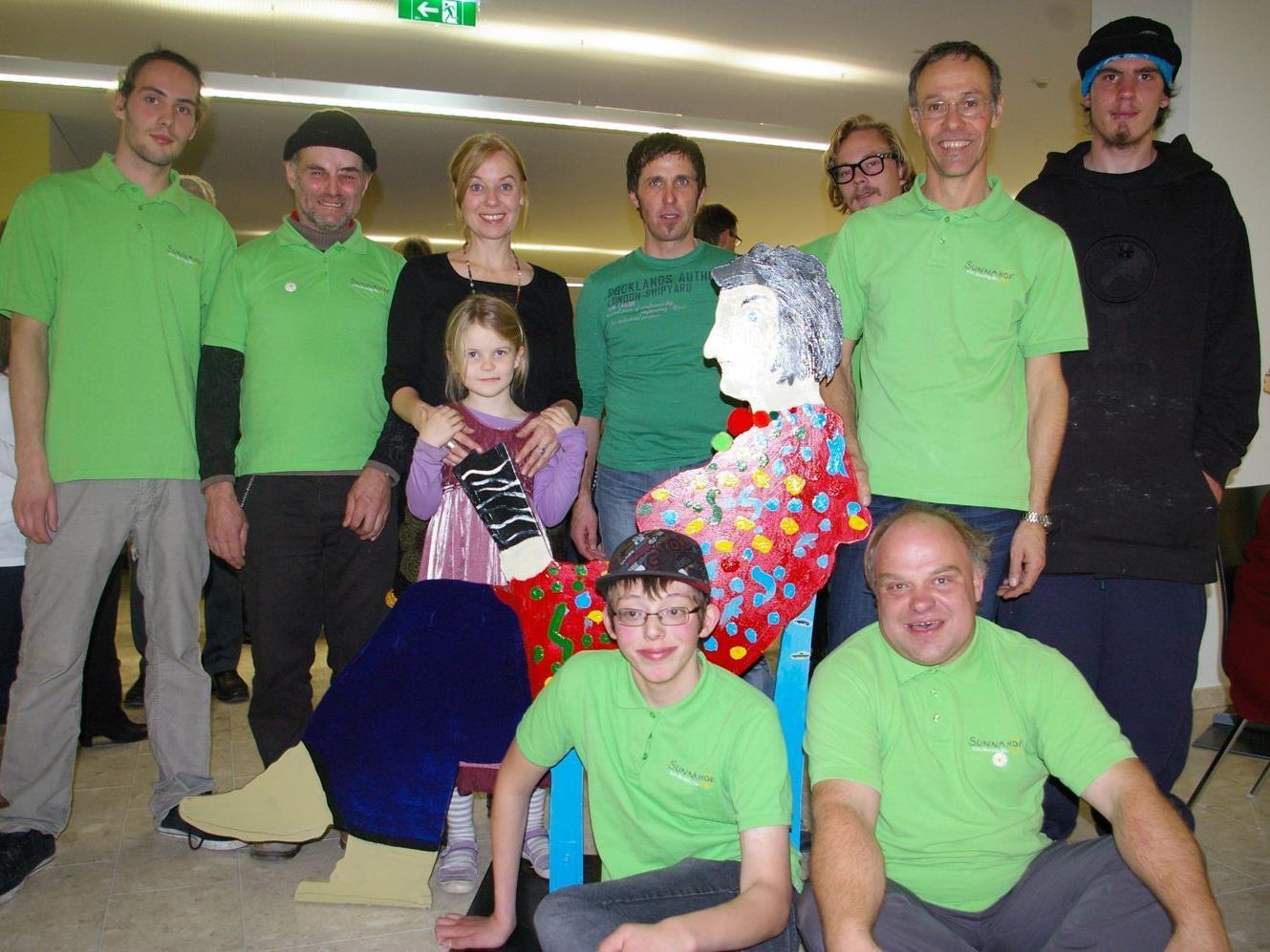 Künstlerin May-Britt Nyberg Chromy mit dem Sunnahof-Team.