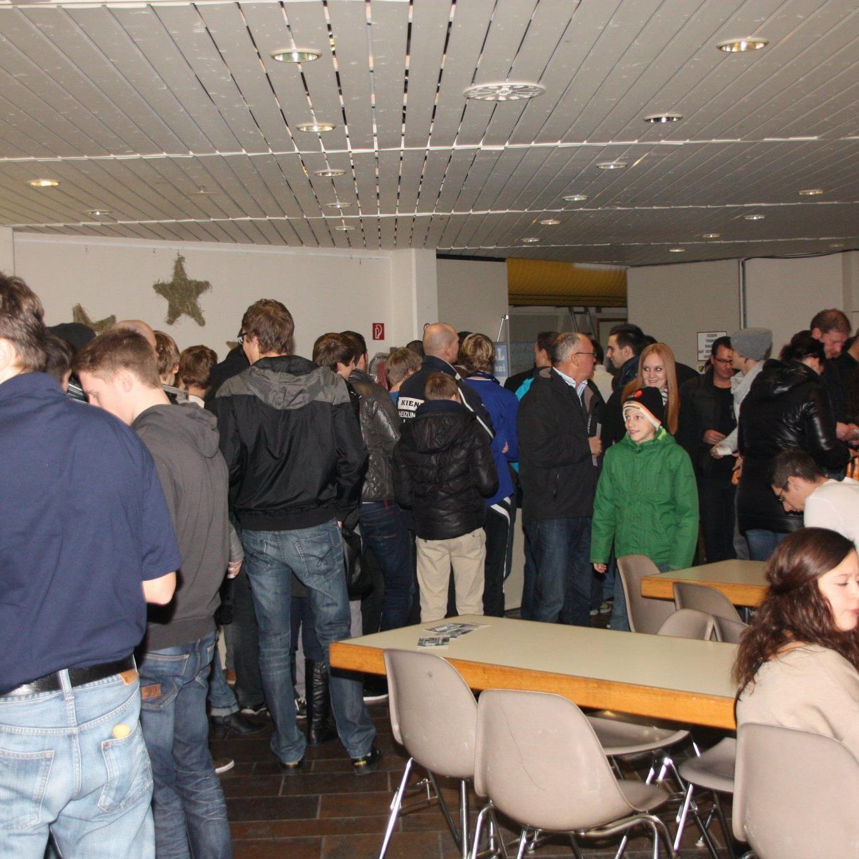 Hunderte Besucher pilgern in die Hofsteigsporthalle.