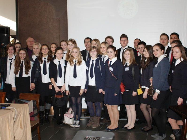 Die SchülerInnen der Riedenburg und des Formatio mit ihren Professoren im Vatikan.