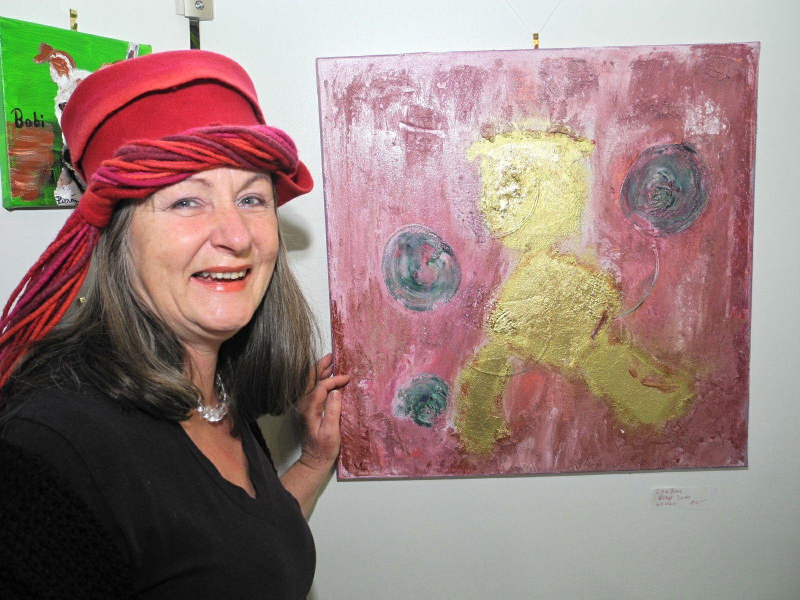 Die Künstlerin Adelheide Kierein mit einem ihrer Bilder