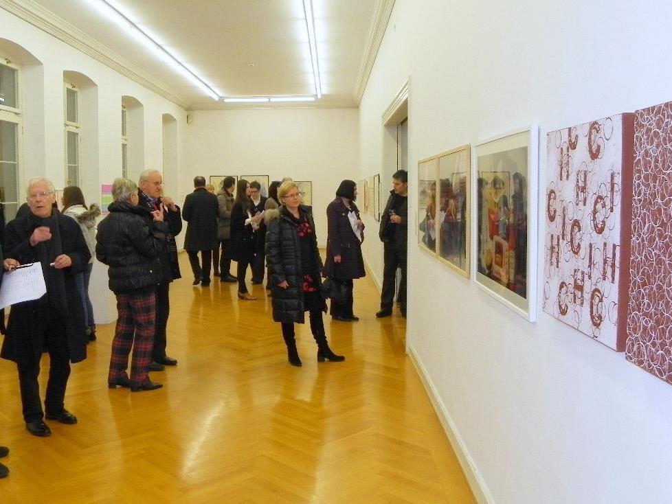 Angeregte Gespräche zwischen Besuchern und KünstlerInnen