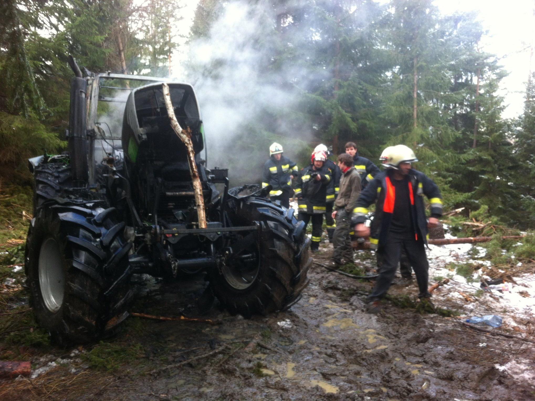 Am Eichberg sorgte ein brennender Traktor für einen Feuerwehreinsatz.