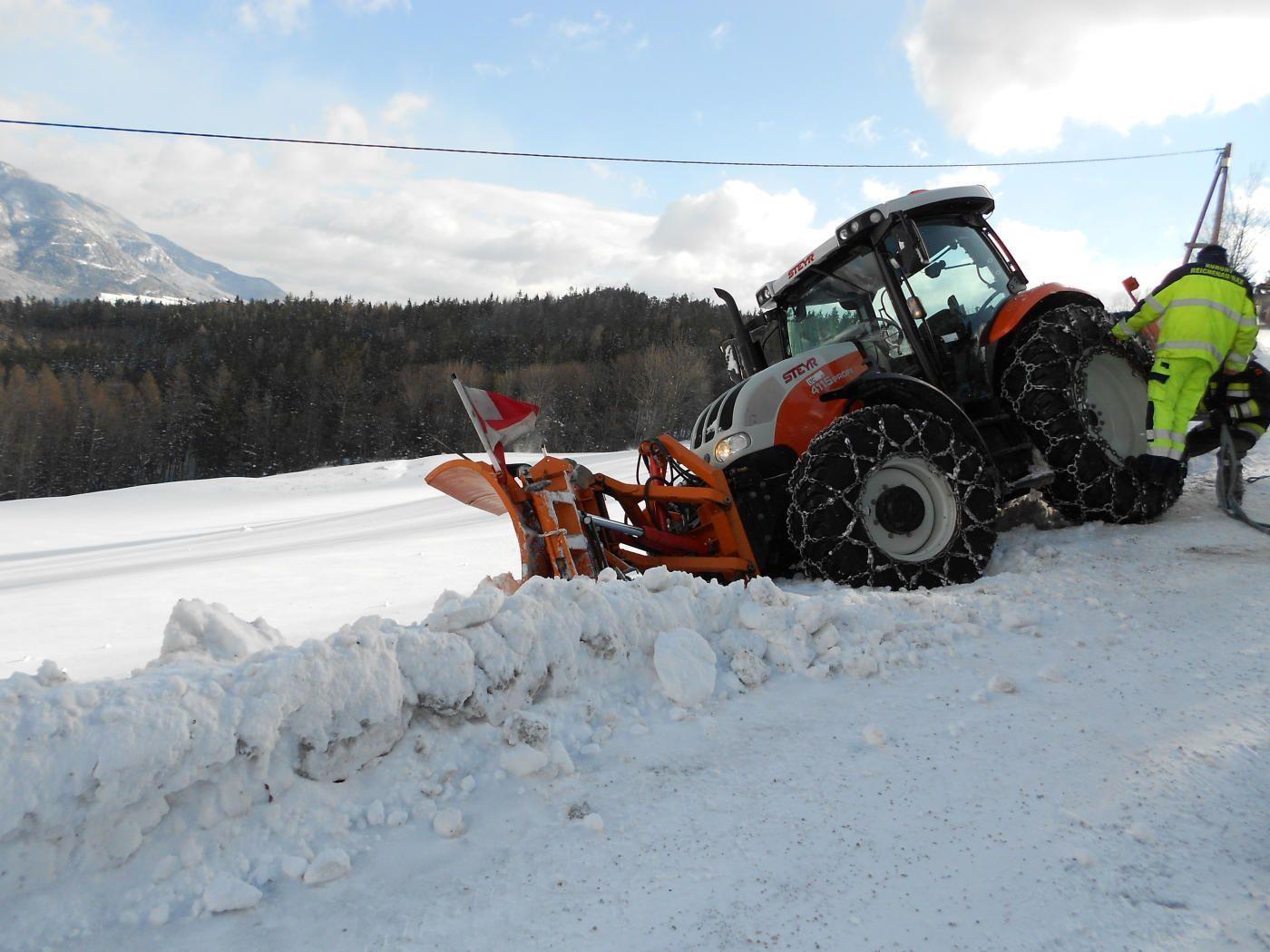 Ironie des Winters: Schneeräumfahrzeug bleibt im Schnee stecken