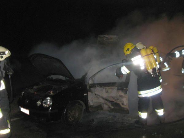 In der Nacht auf Sonntag stand ein VW auf der LB4 plötzlich in Vollbrand.