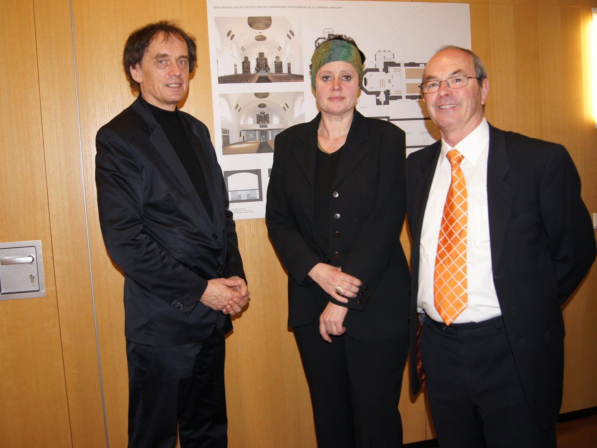 Mag. Wolfgang Klocker mit dem Architektenteam DI Ernst Beneder und DI Anja Fischer.