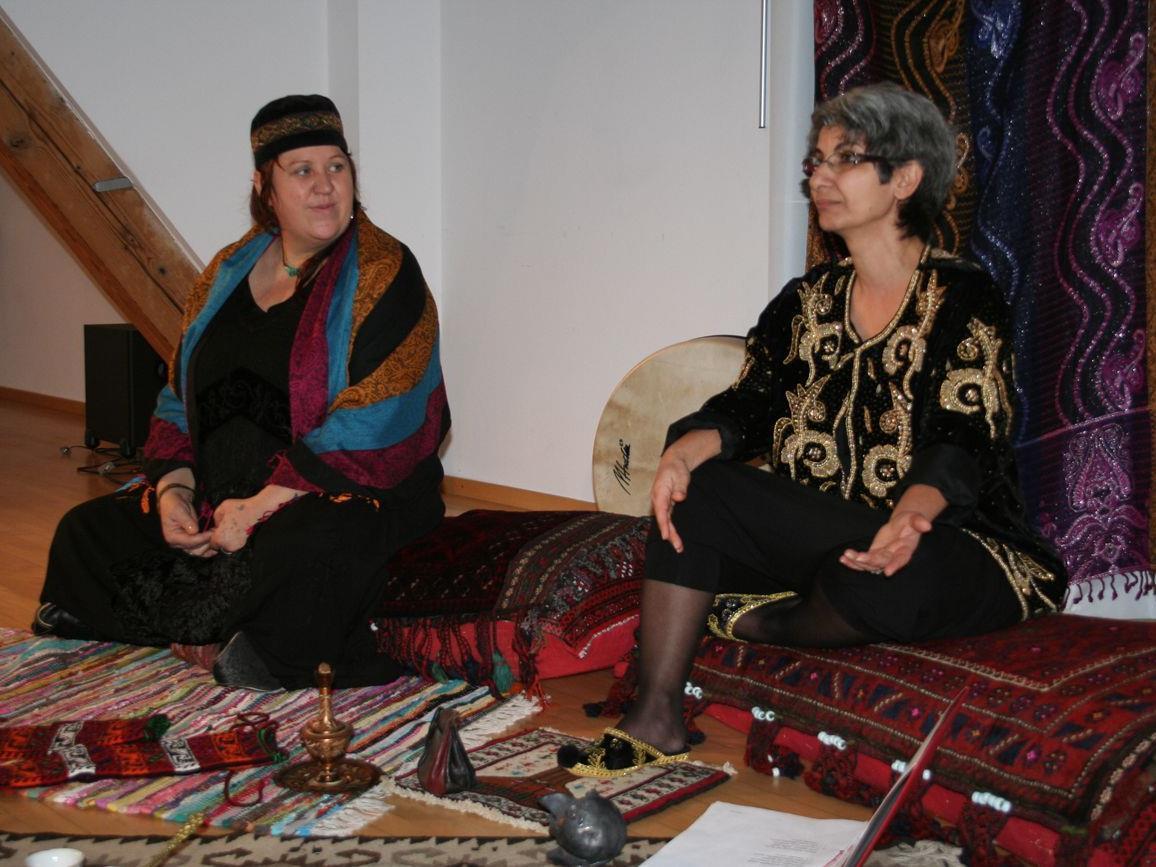 Manuela Steger und Elizabet Hintner erzählen Geschichten aus Orient und Okzident.