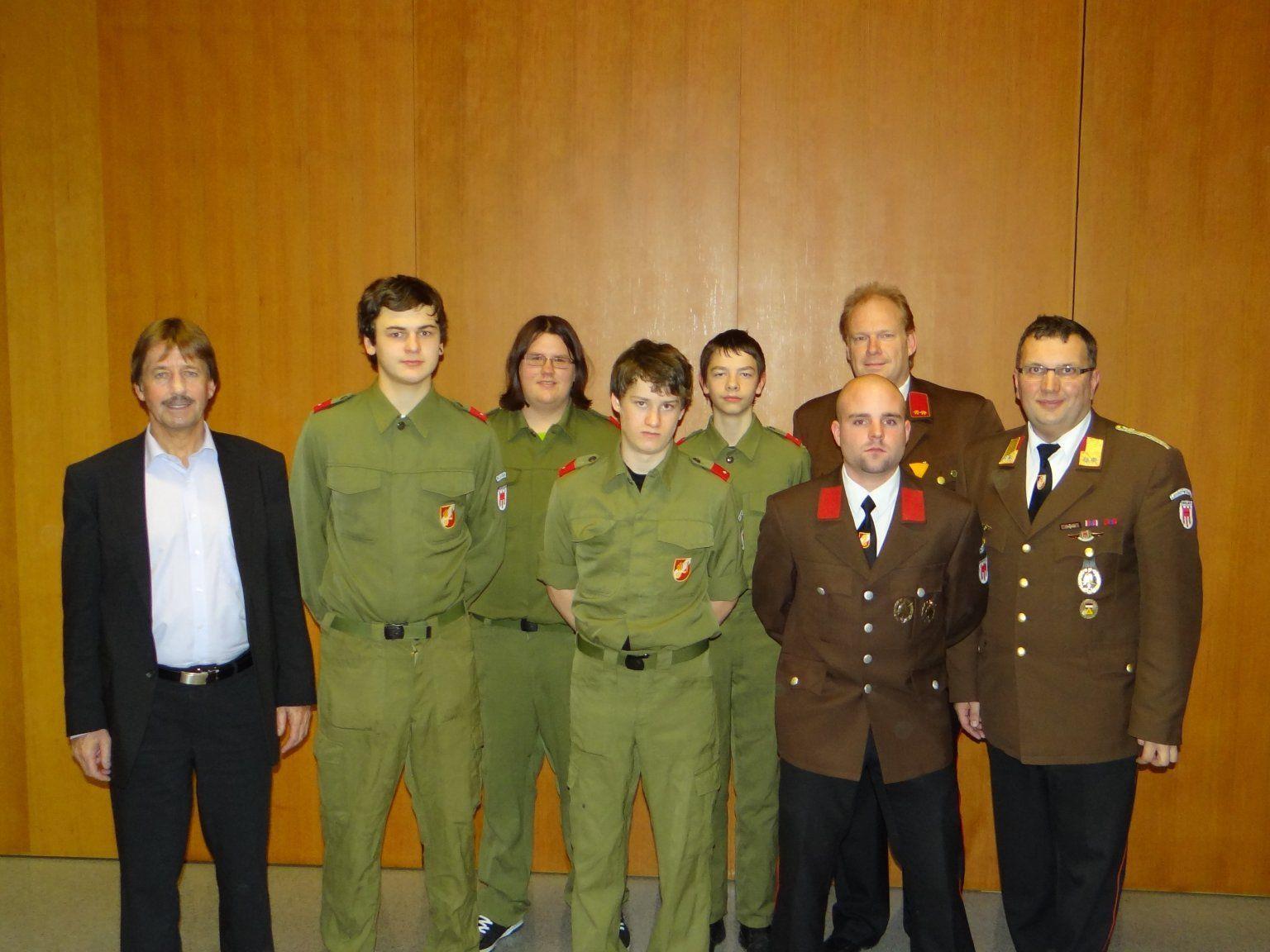 Die neu aufgenommenen Feuerwehrler mit Bgm. Maierhofer, Kdt. Wolfgang Huber und Stv. Jürgen Amann.