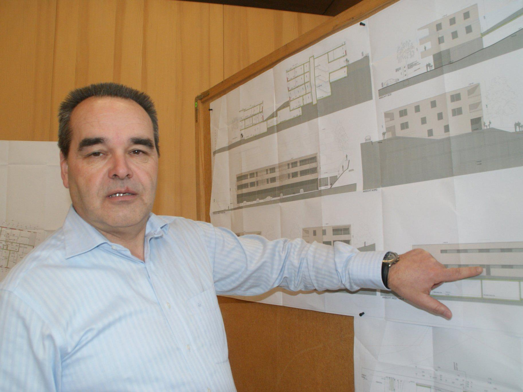 Bürgermeister Helmut Blank erläutert die Pläne für das Dorfhus.