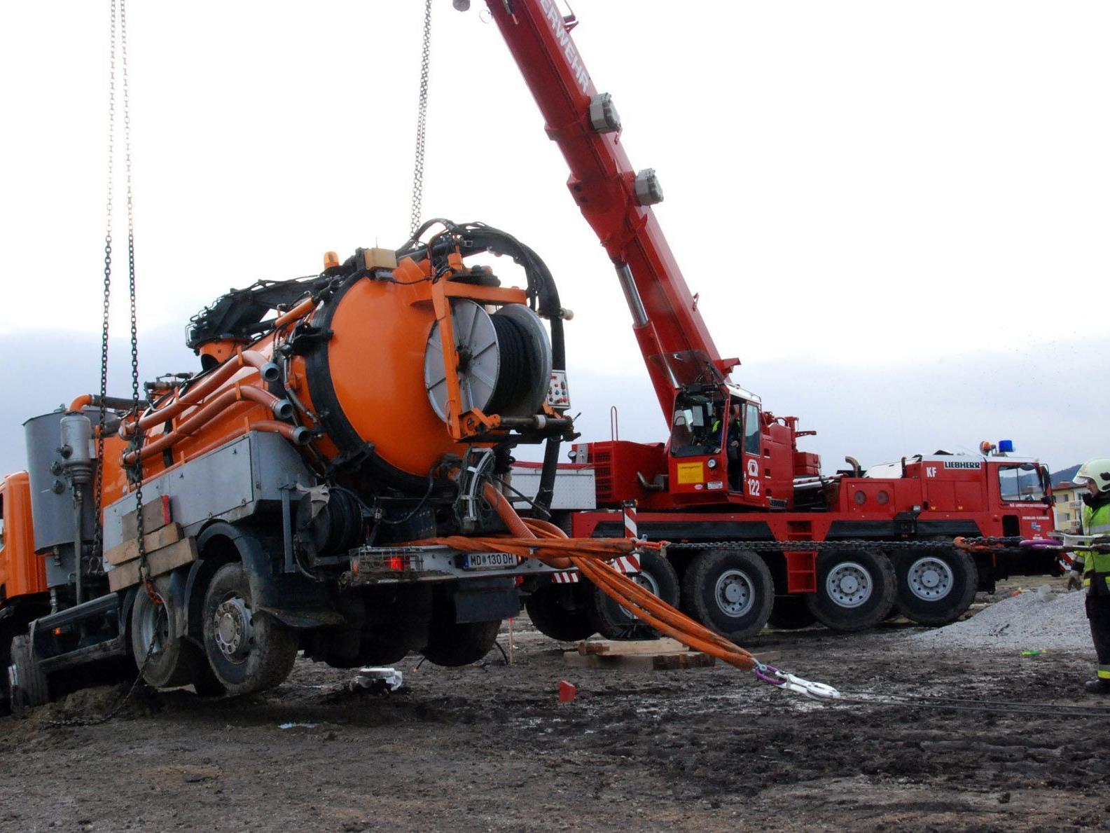 Das tonnenschwere Fahrzeug musste mit mehreren Seilwinden geborgen werden.