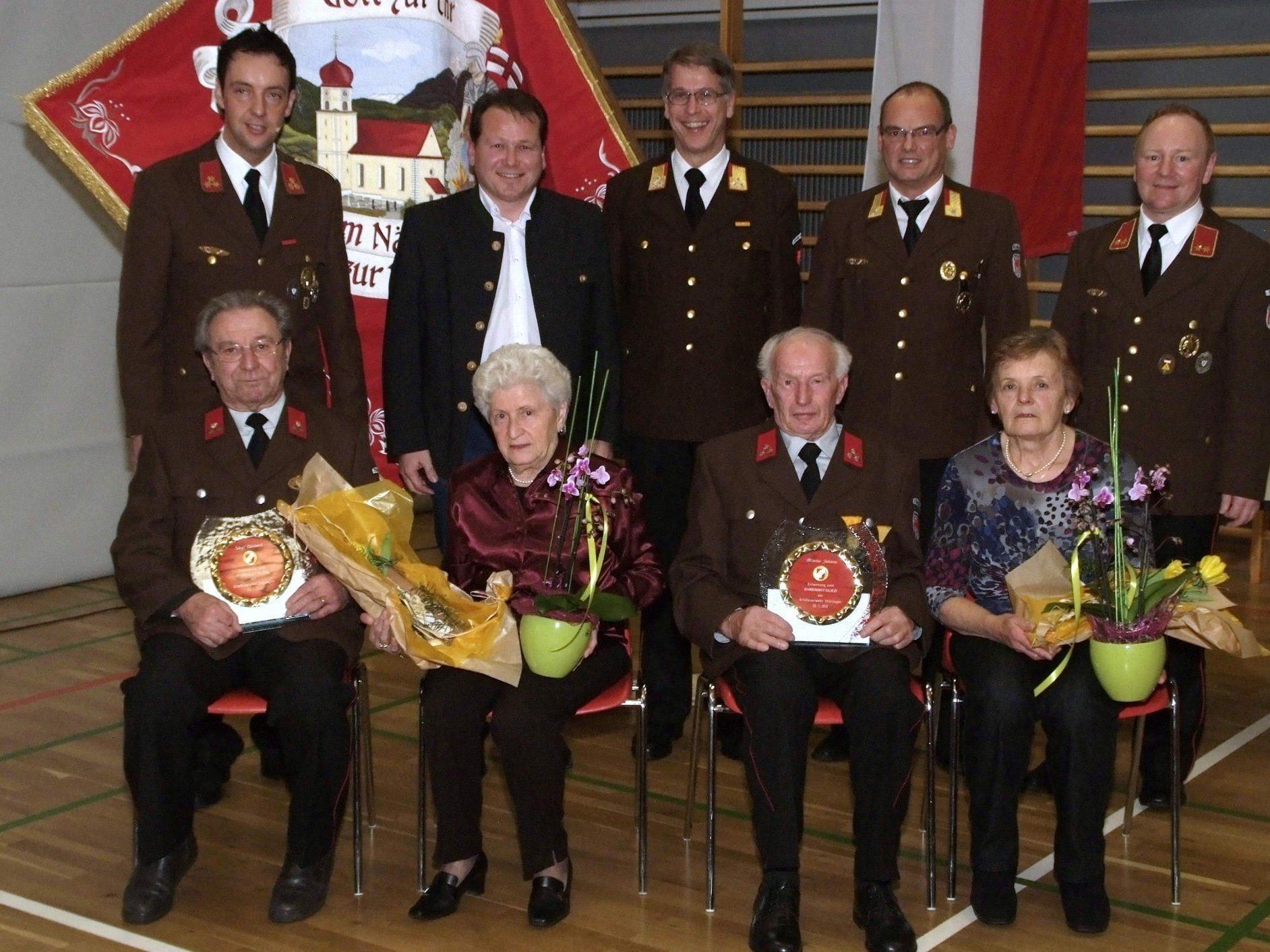 Ehrenmitglieder: Edi Siegl mit Rosmarie, Johann Bitsche mit Elke und Gratulanten.