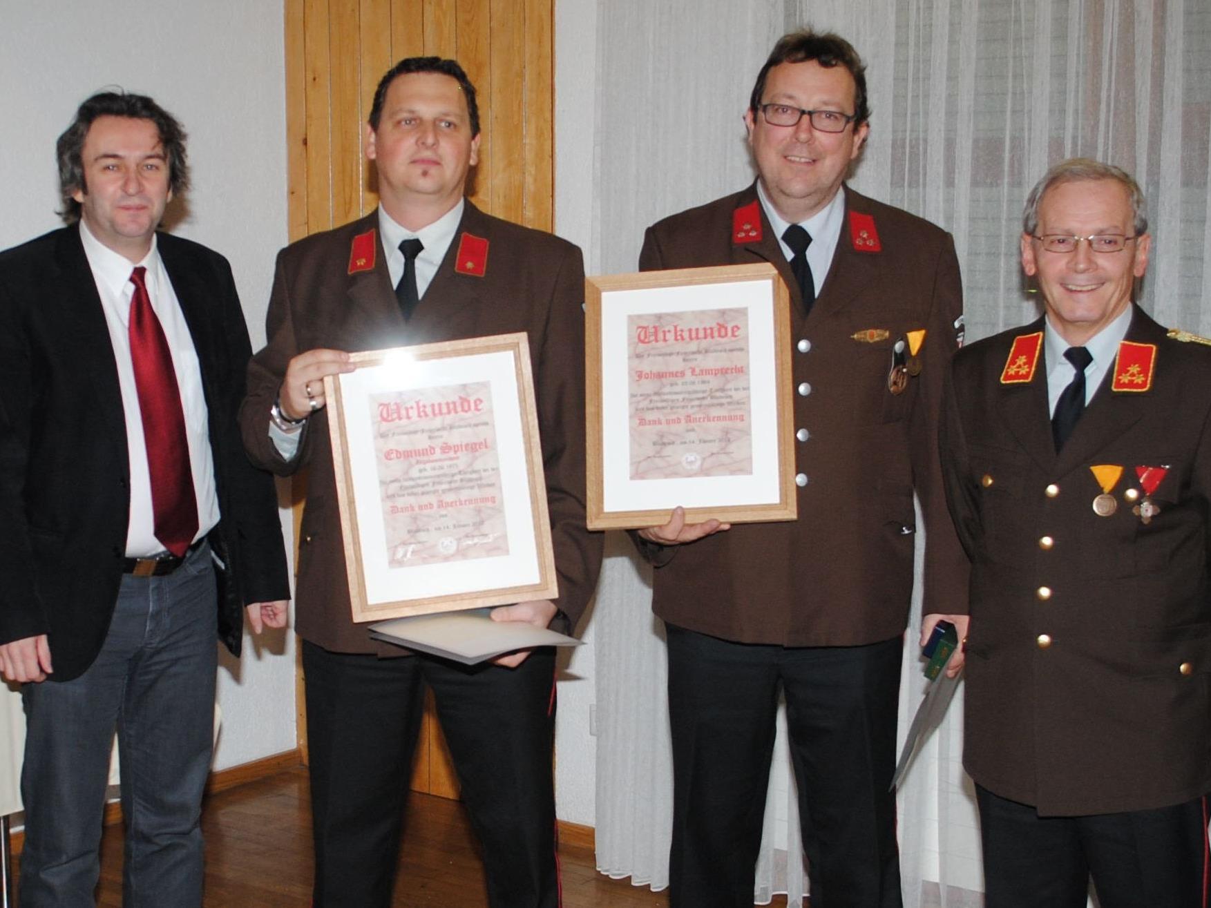 Bürgermeister Michael Tinkhauser und Kommandant Günter Nachbaur mit den Jubilaren