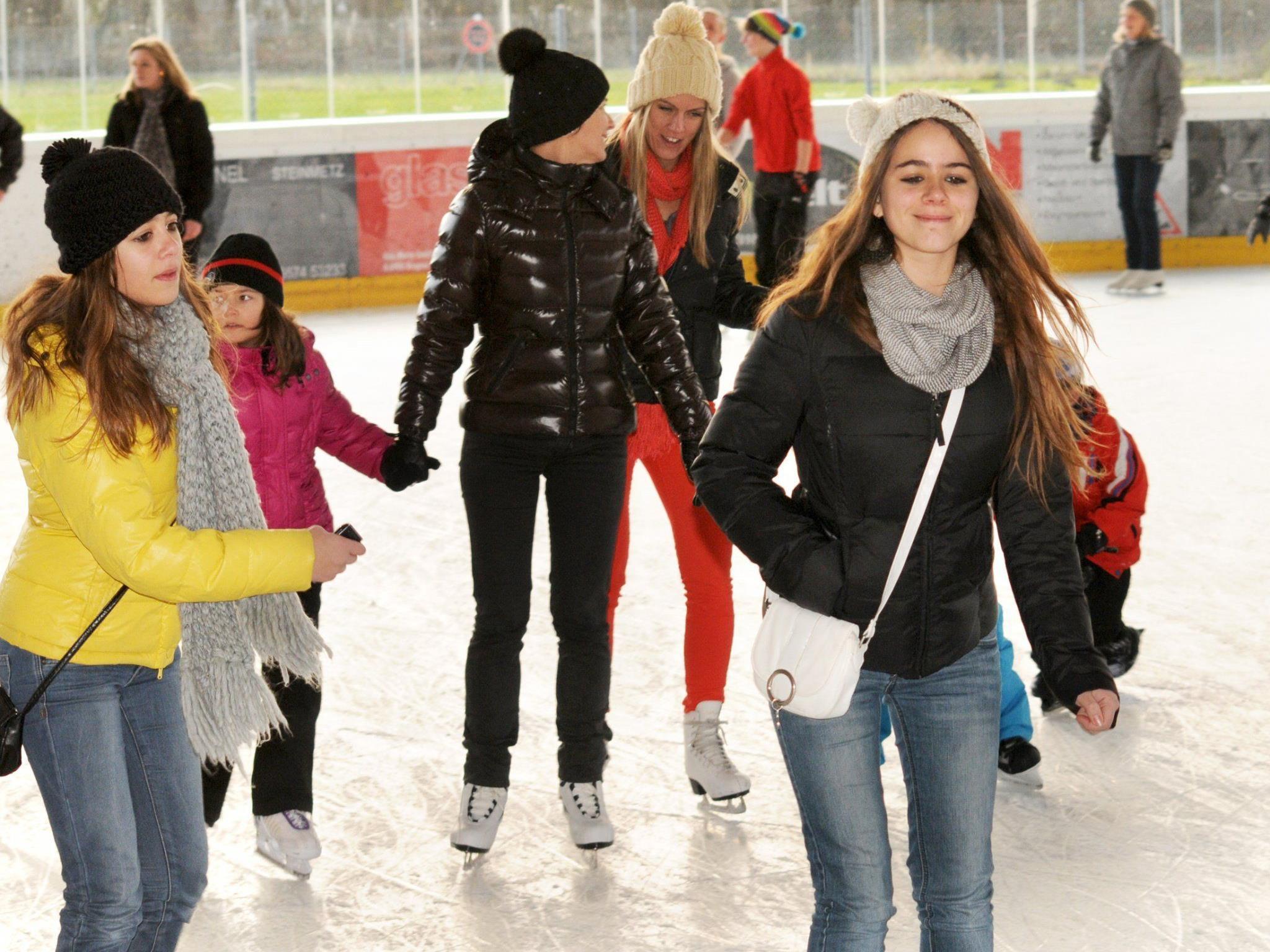Wintersportler genießen das Eislaufen auf dem überdachten Platz beim Sportzentrum Hard.