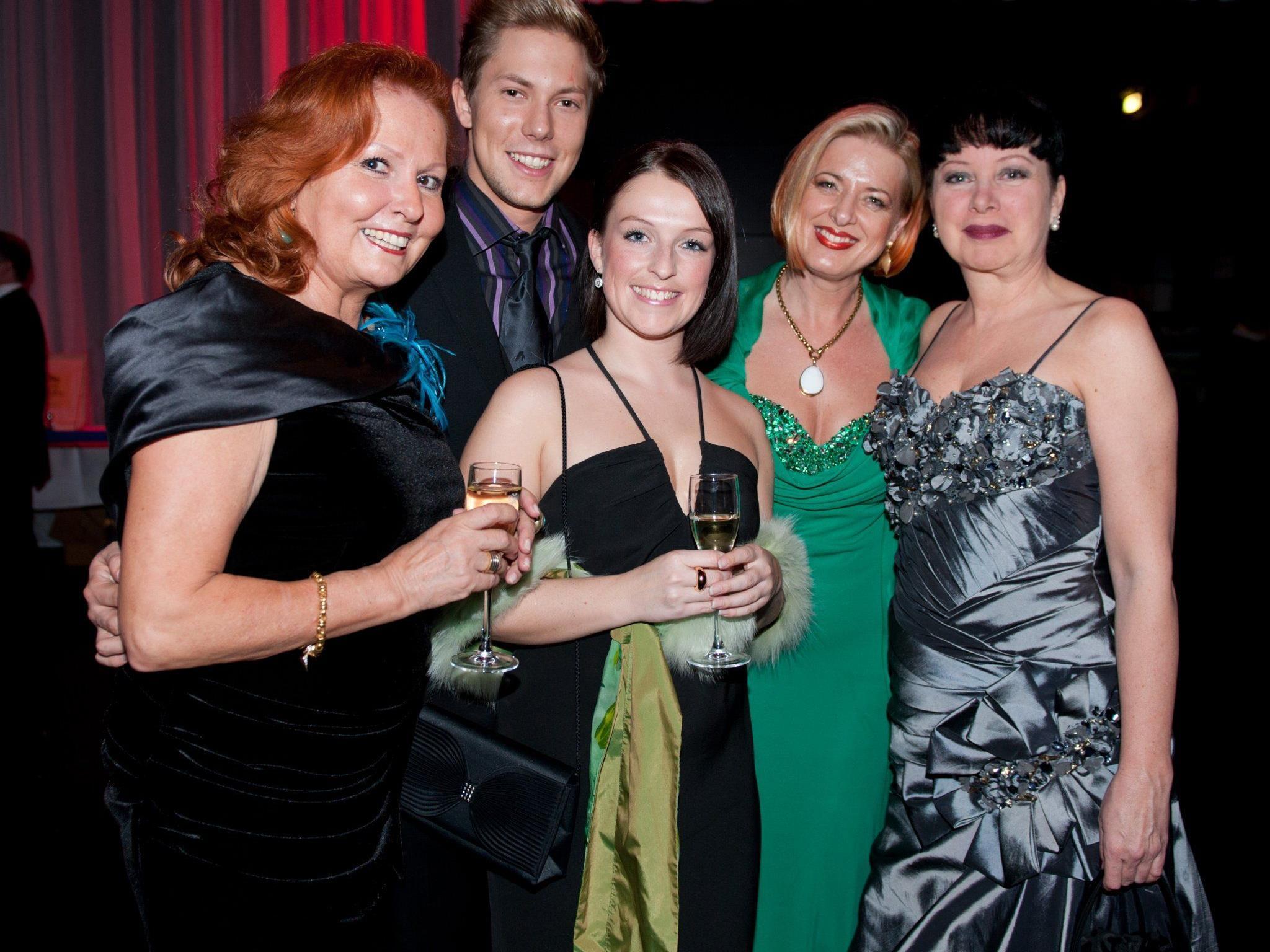 Ex-Prinzessin Beatrice Brugger mit dem zukünftigen Prinzen Maximilian Brugger, Stefanie Hofer, Anita Dressel-Malang und Ilona Oldenburg (v.l.).