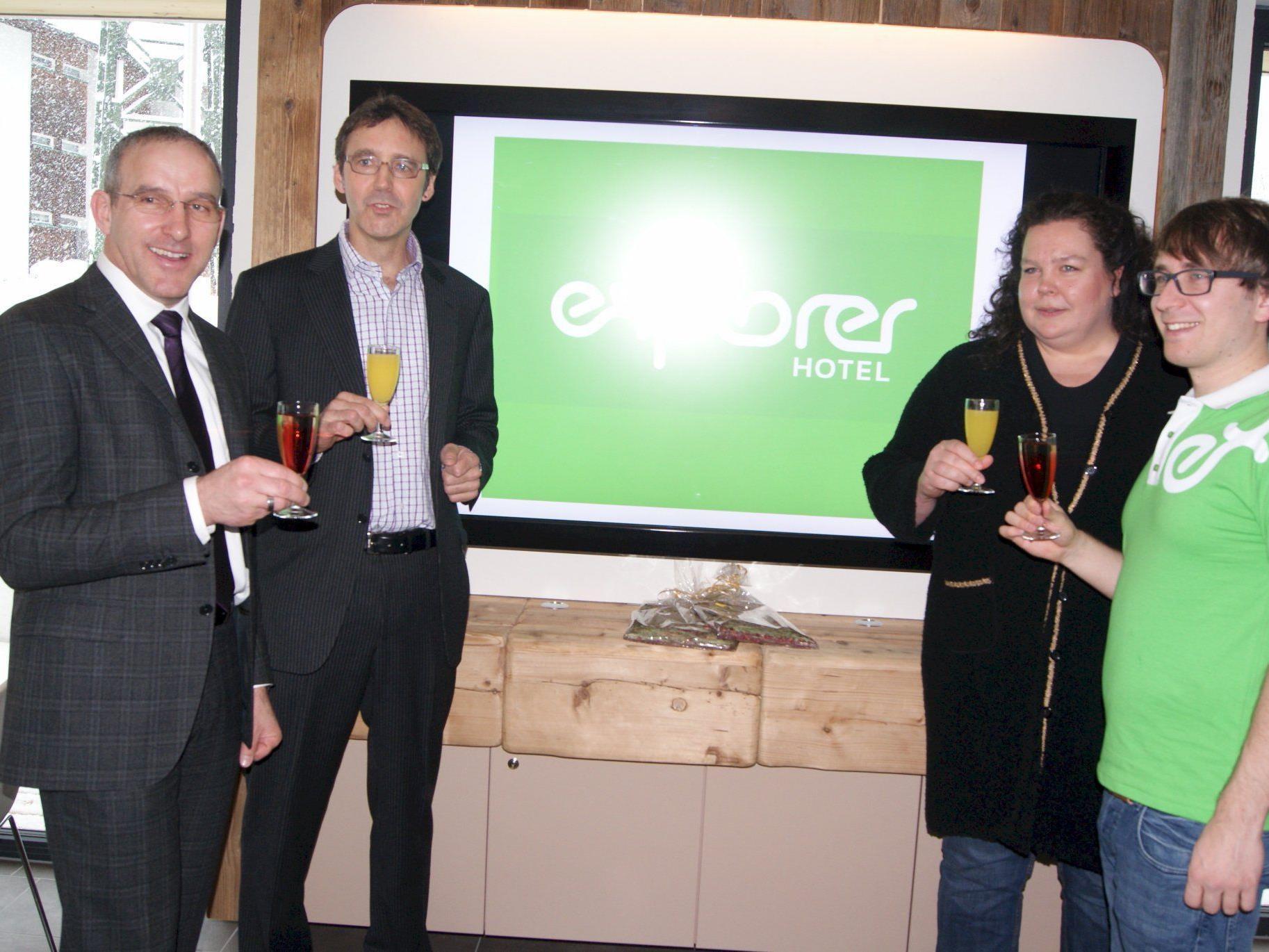 Bürgermeister Martin Netzer mit den Geschäftsführern der Hotelgruppe.