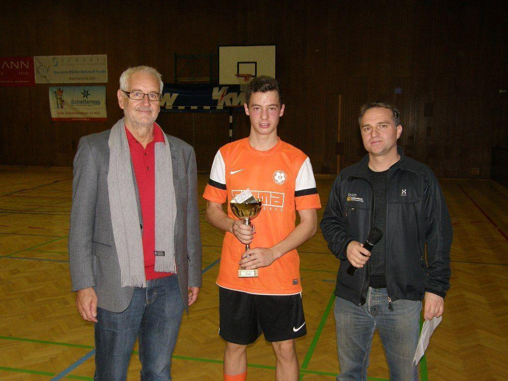 Der Kapitän des FZM nahm den Pokal für Platz zwei entgegen.