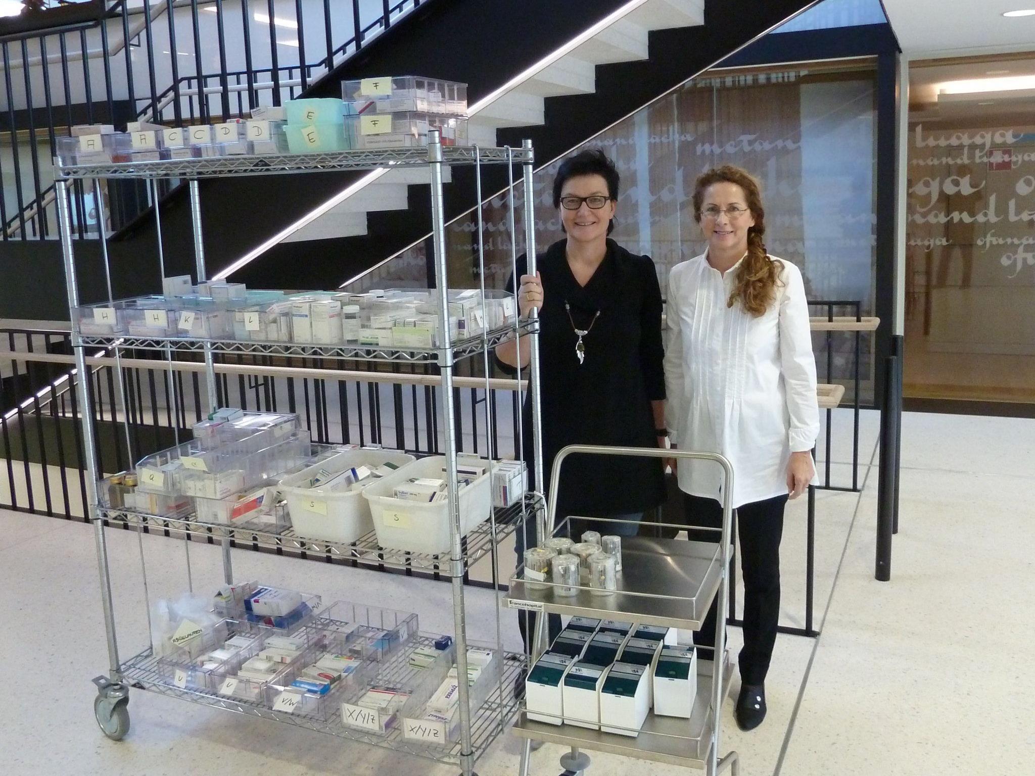 Pflegedienstleitung Monika Sonnweber und Frau Dr. Seidel bei der Umstellung auf Blisterung