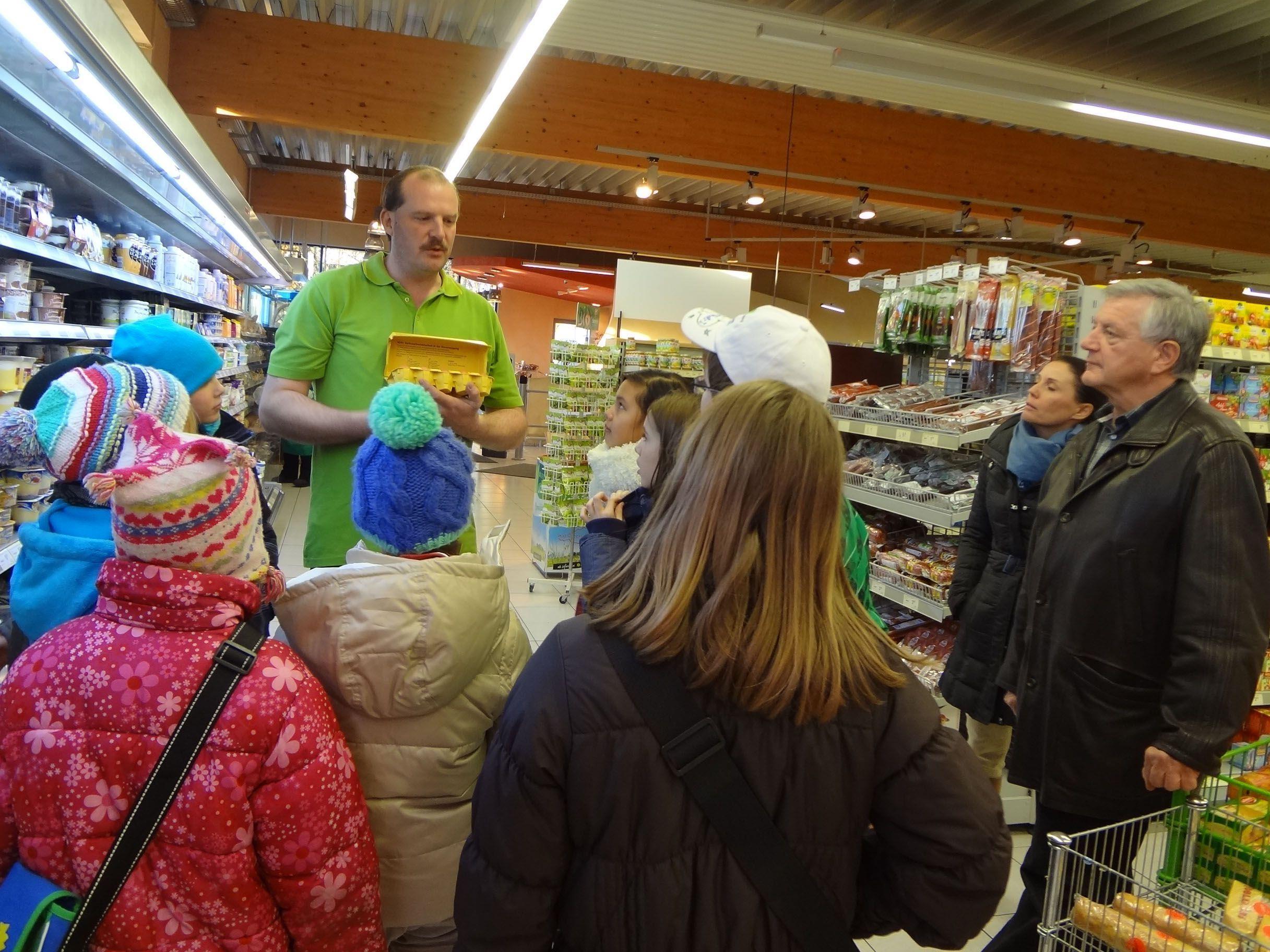 Stefan Kogler gibt den Jungköchen eine Einführung in das gesunde Einkaufen.