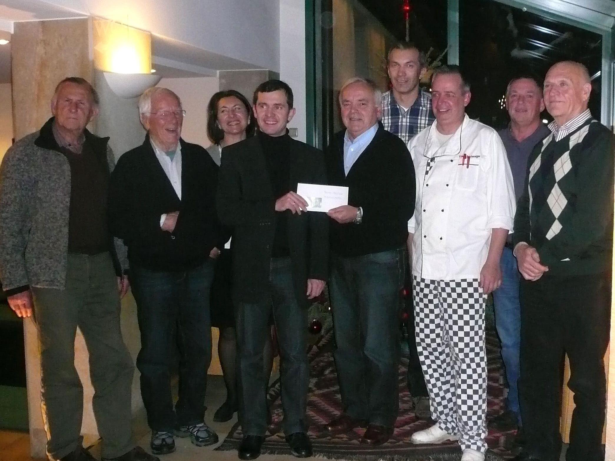 Das Team des Gasthaus Freschen bei der Spendenübergabe an Bürgermeister Ing. Martin Summer