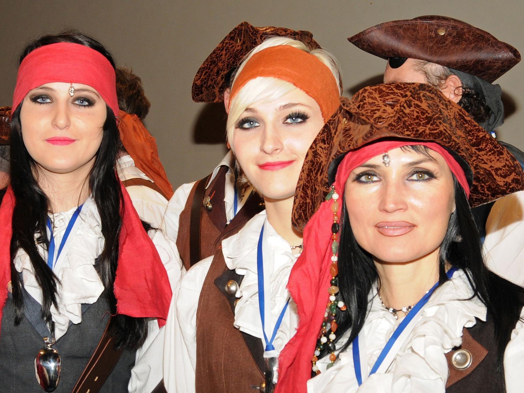Flotte Piratenbräute im Gefolge von Prinz Ore LVI., Martin I., und Prinzessin Daniela I.