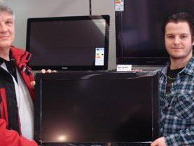 Gewinner Wolfgang Hanglberger mit seinem neuen Flat TV