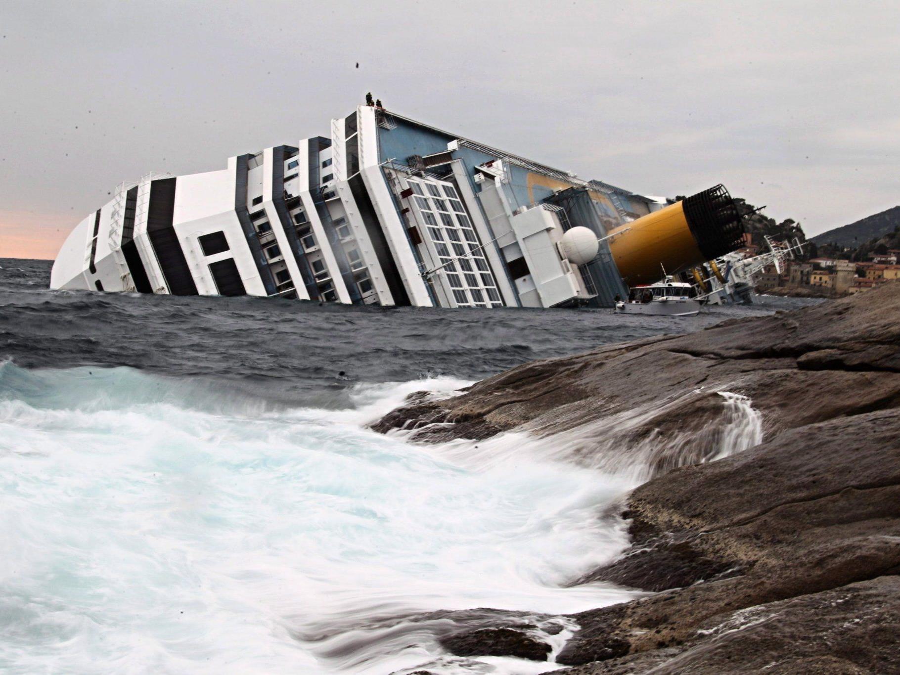 """Die """"Costa Concordia"""" droht zu sinken."""