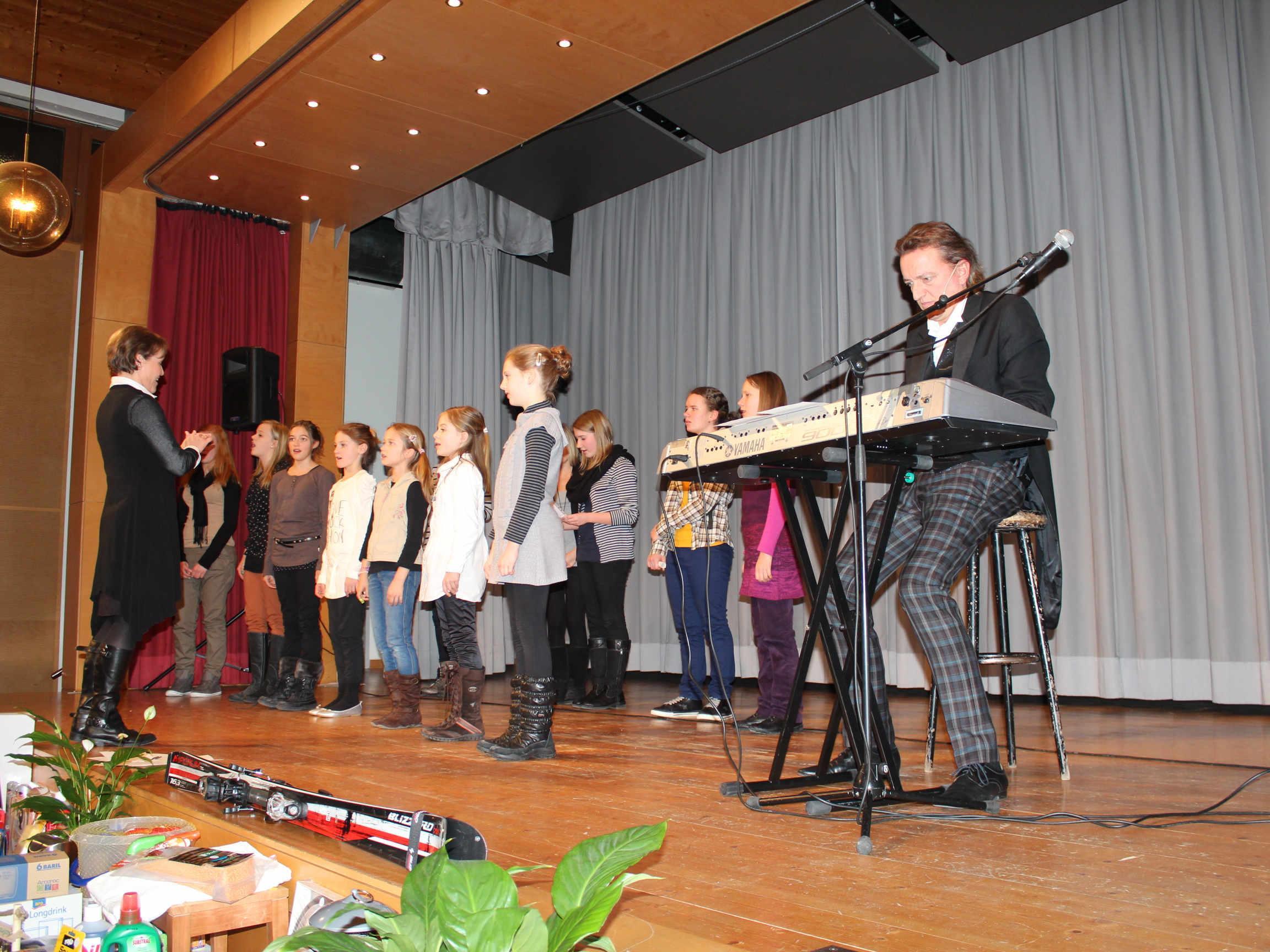 Der Schülerinnenchor und Markus Linder begeisterten in Bildstein.