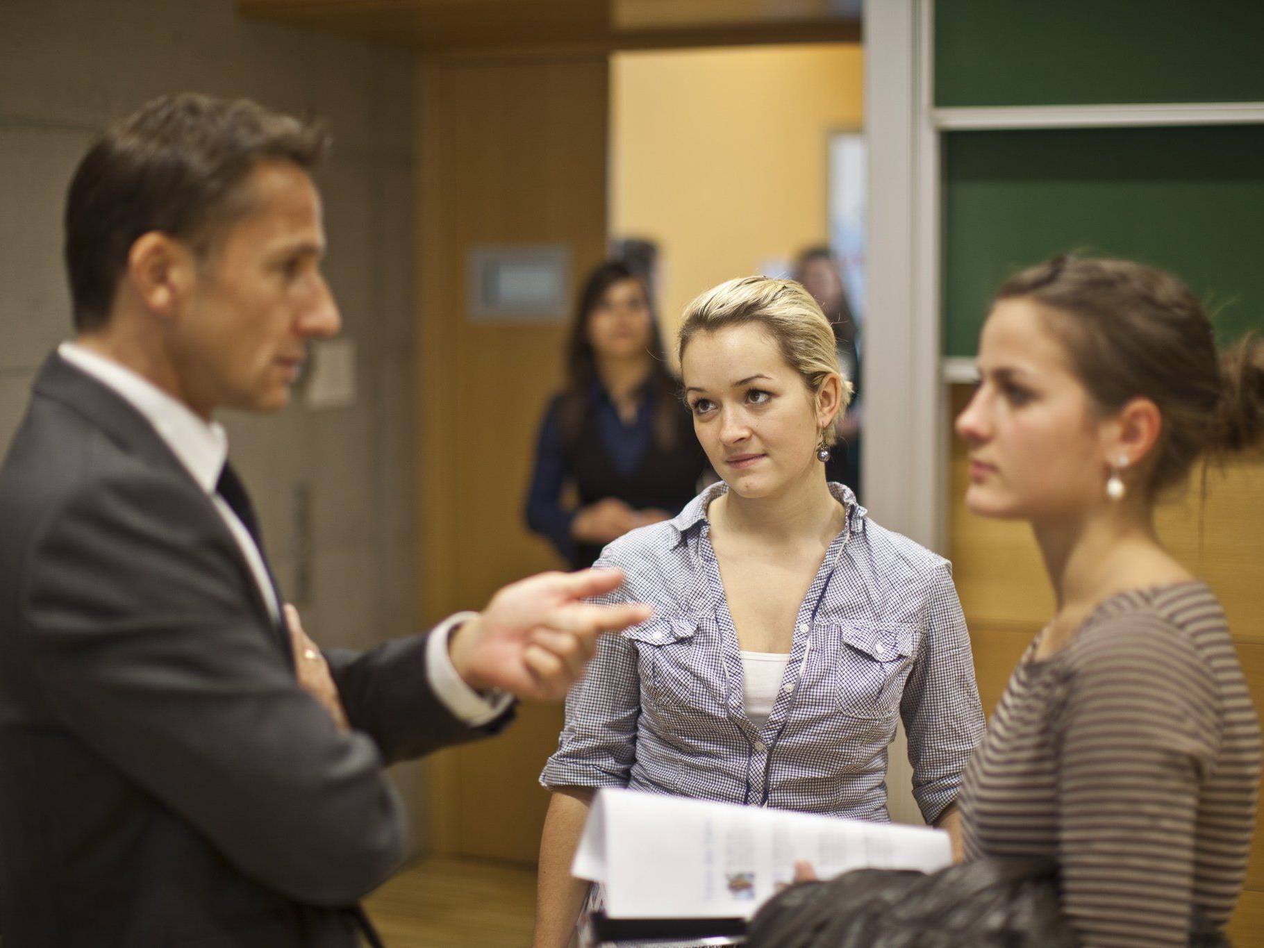 Die Jobmesse bringt Studenten und Arbeitgeber zusammen.