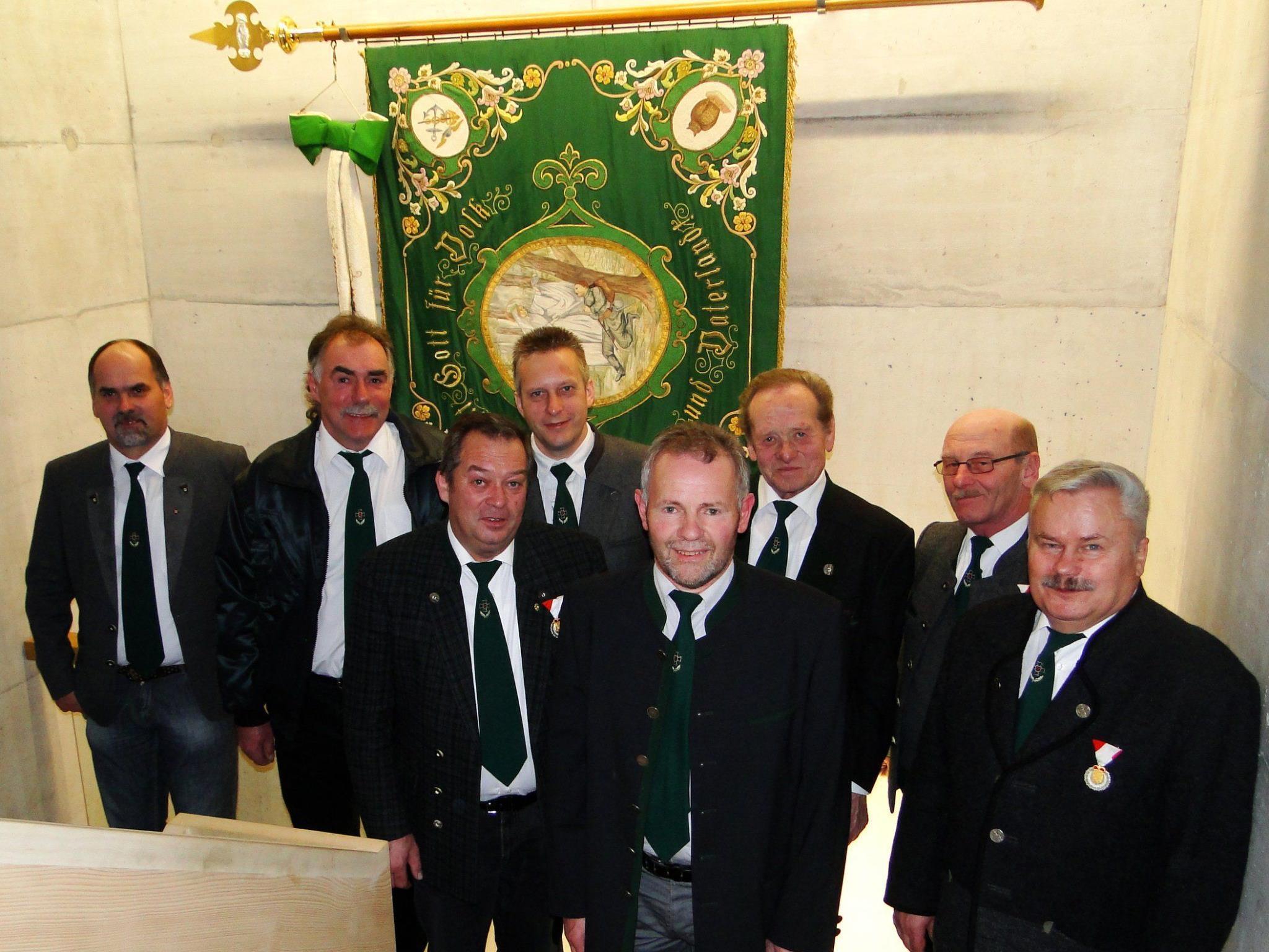 Ausschuss und Fähnriche des Kameradschaftsbundes Sulzberg feiern den Umzug ins neue Vereinsquartier