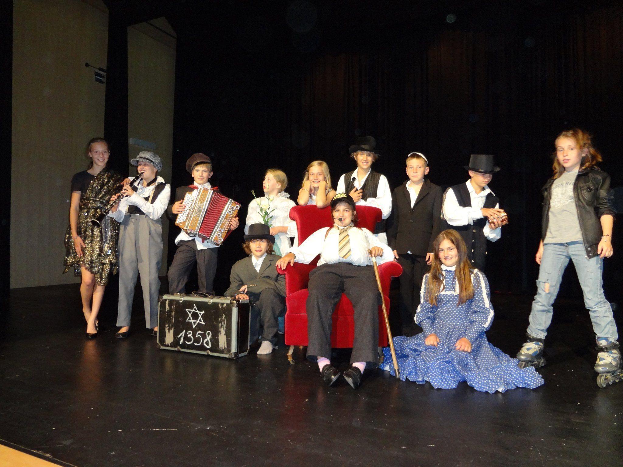 Die Theaterspieler der VMS Au bei ihrem großen Auftritt.