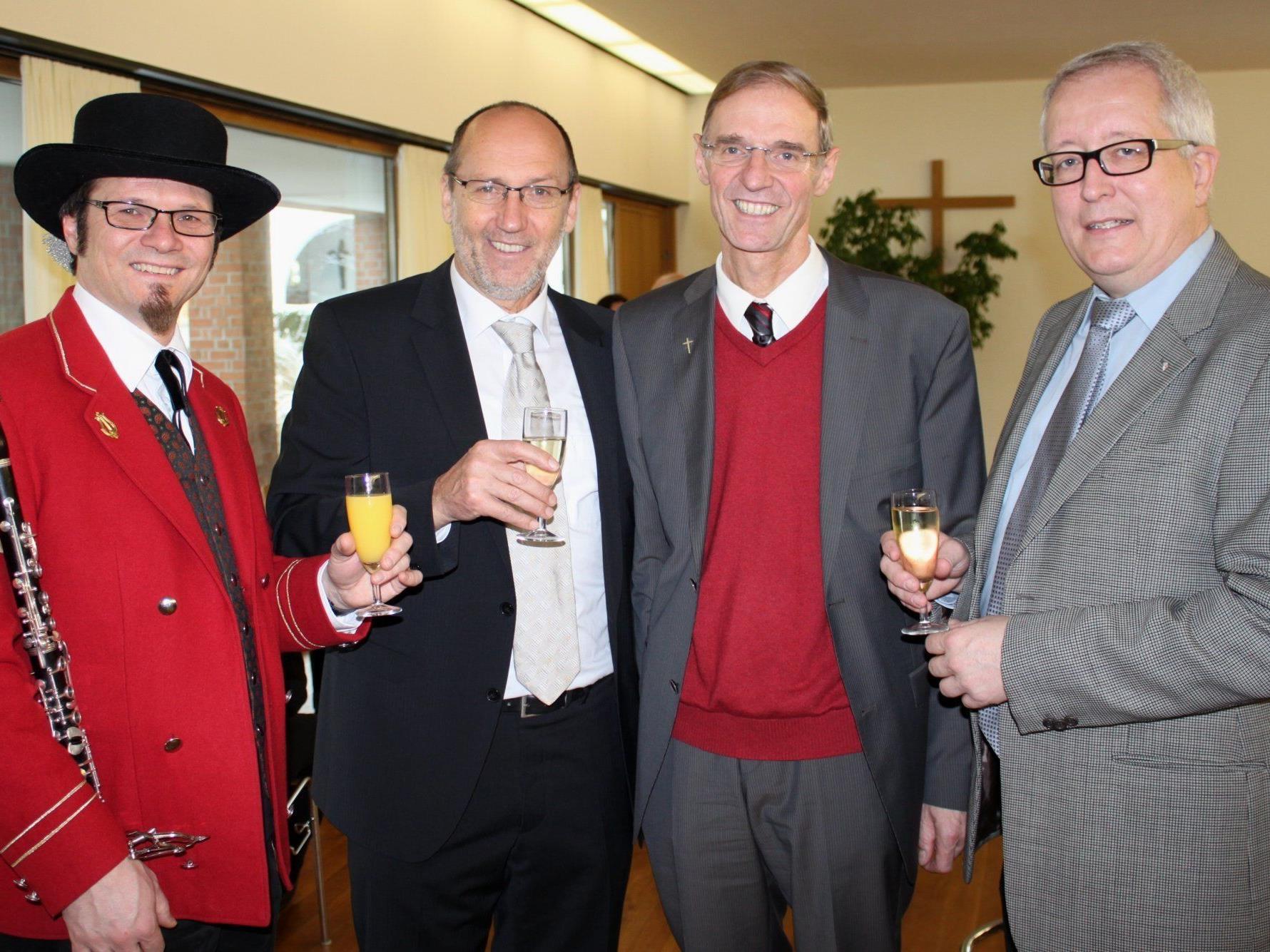 Ein Prosit auf 2012 – Helmut Immler, Bgm. Xaver Sinz, Pfarrer Gerhard Mähr, Vize-Bgm. Michael Simma.