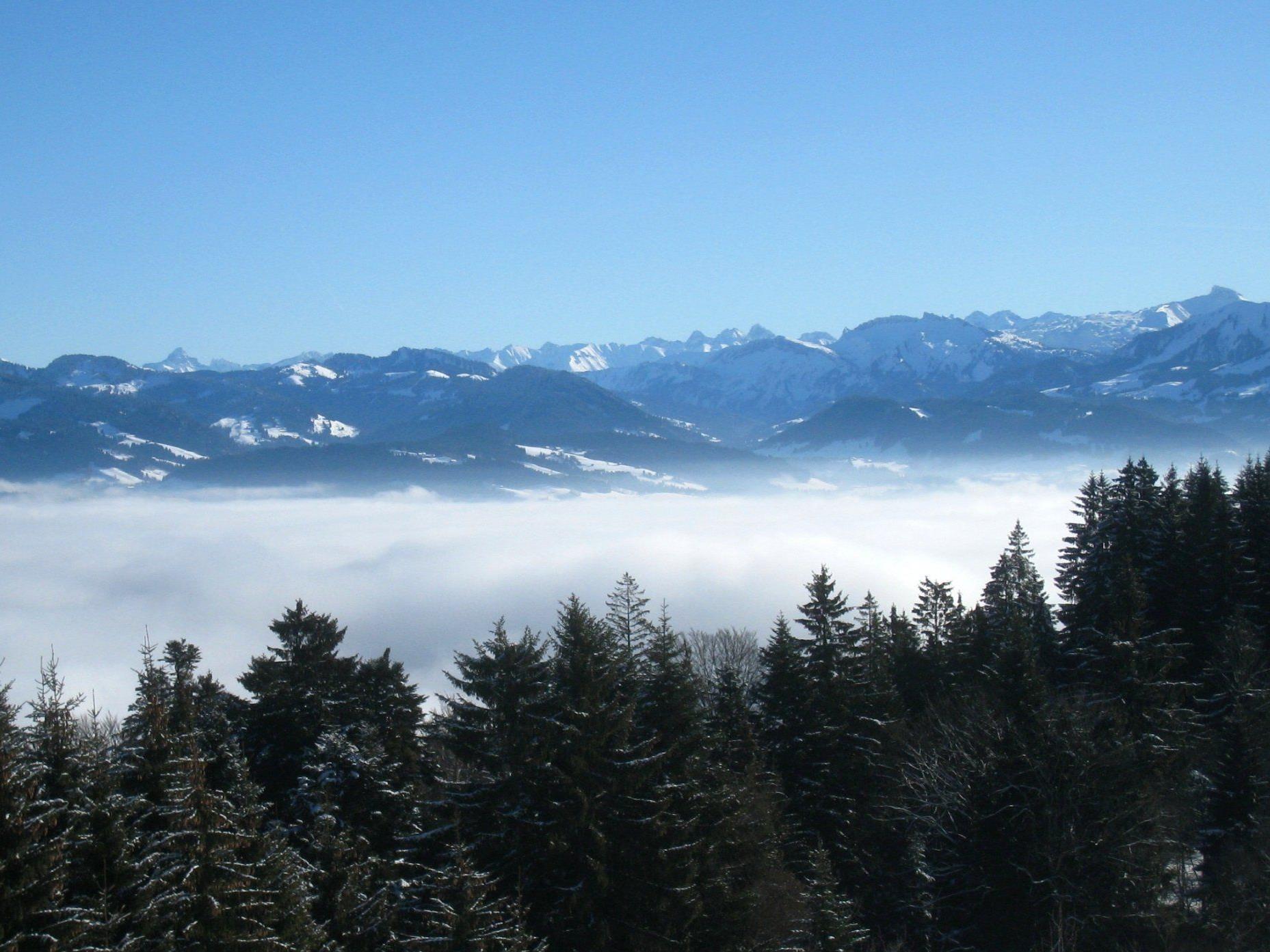 Nebel im Tal, Sonnenschein und eine grandiose Aussicht auf dem Berg.