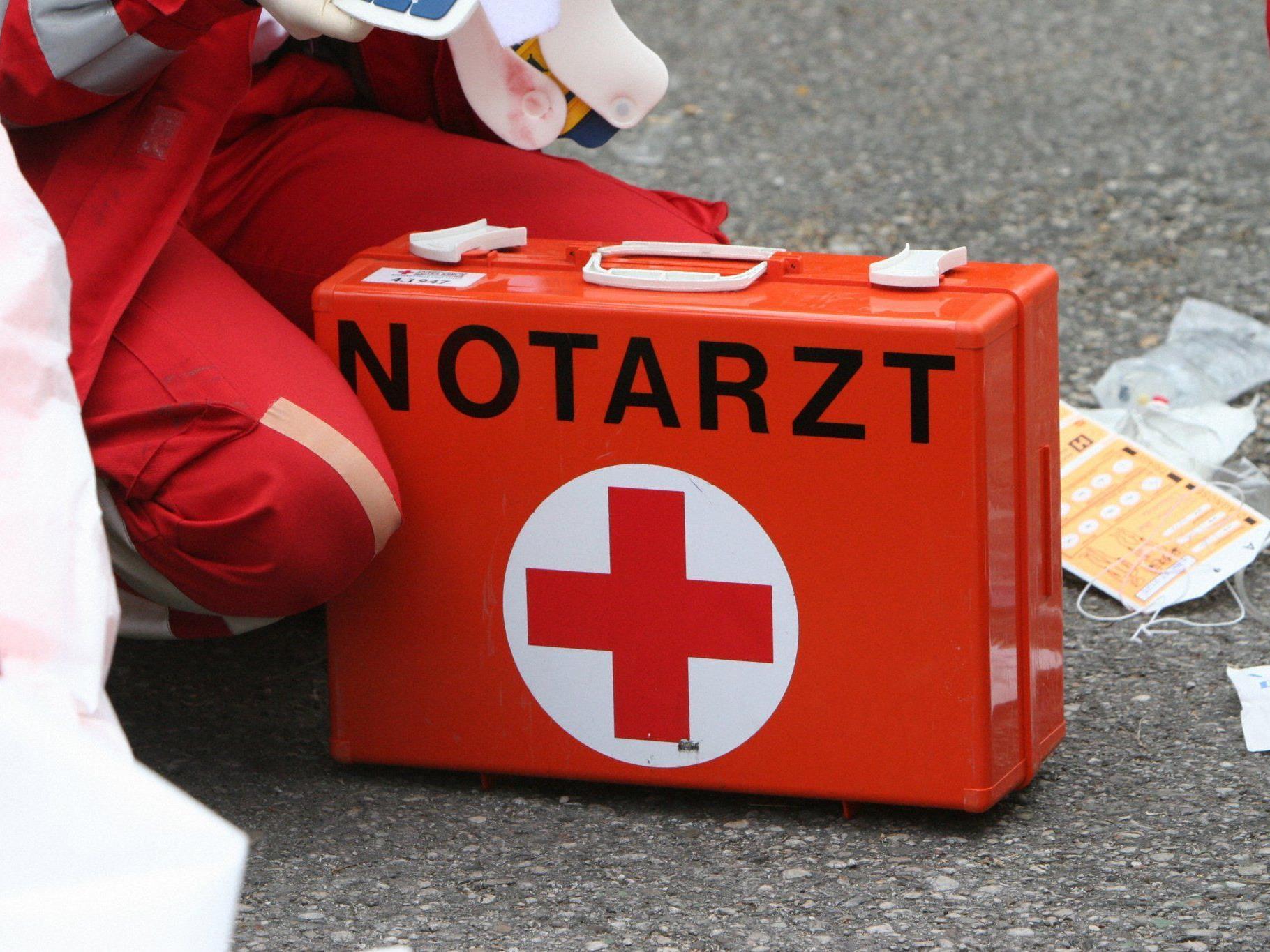 Der Verletzte wurde mit Knochenbrüchen an den Beinen ins Krankenhaus eingeliefert.