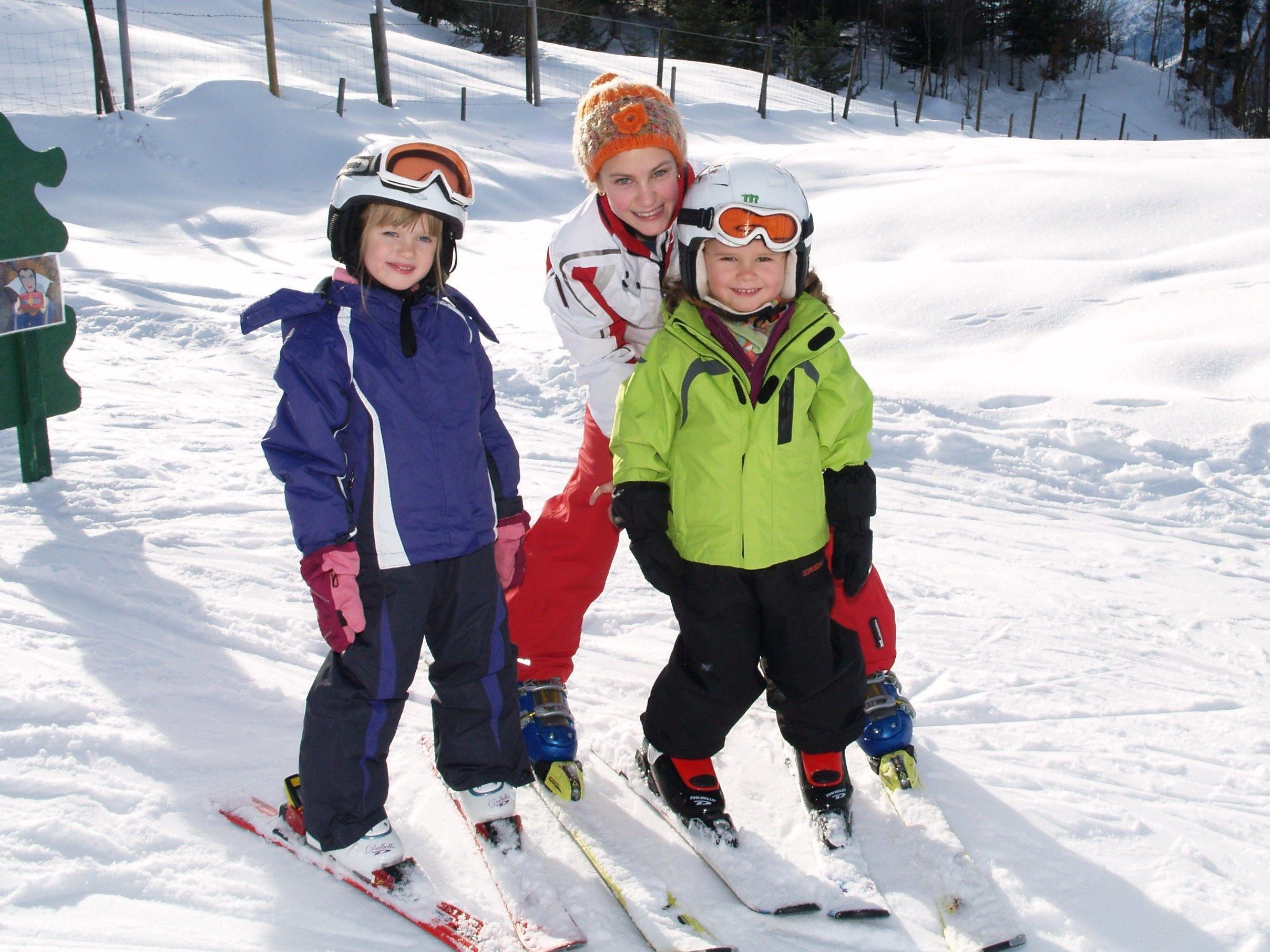 Olivia mit Lina und Vivian beim Schikurs in Furx.