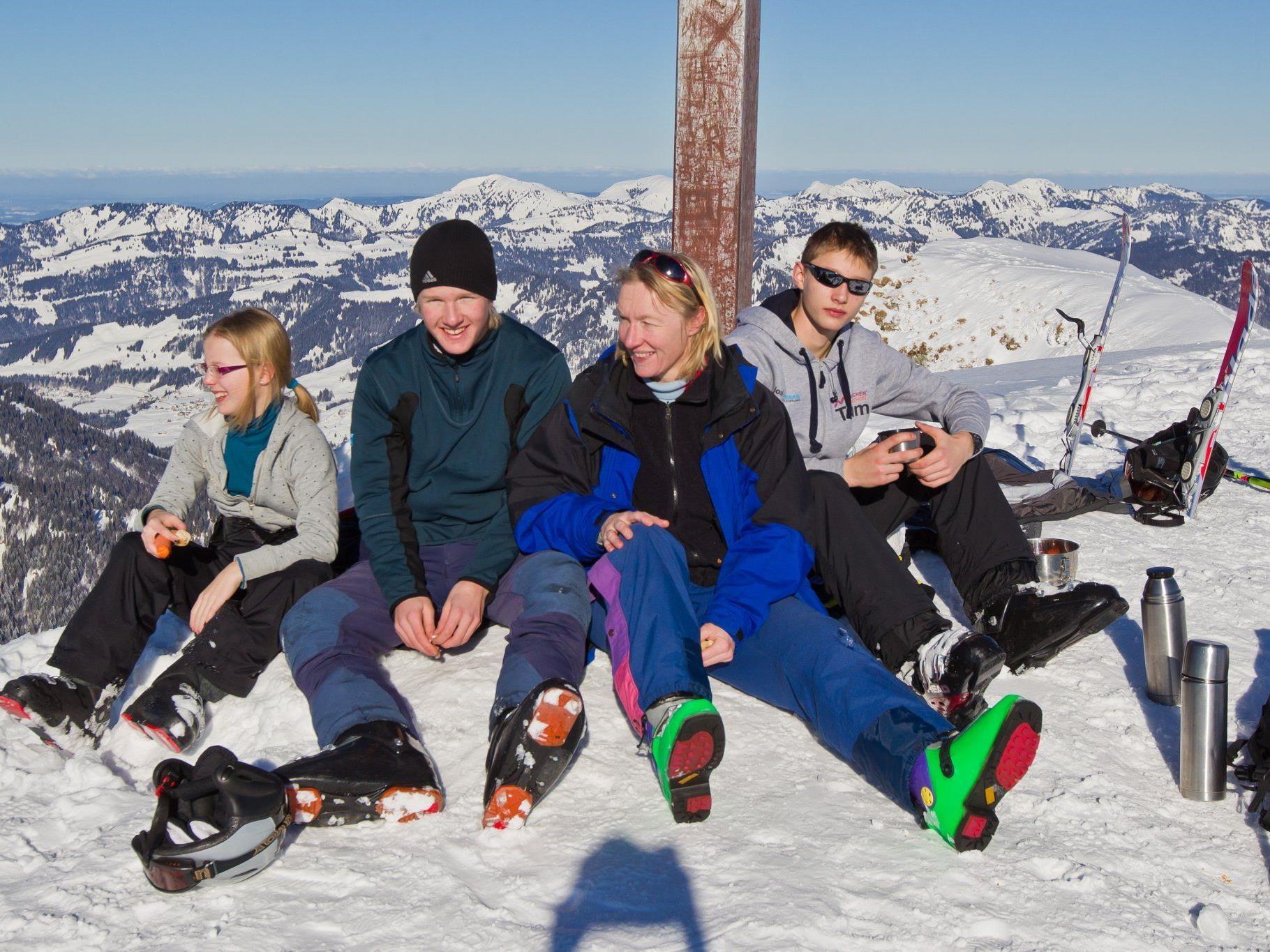 Familie Schmidt aus Ravensburg am Gipfelkreuz des Diedamskopfes.