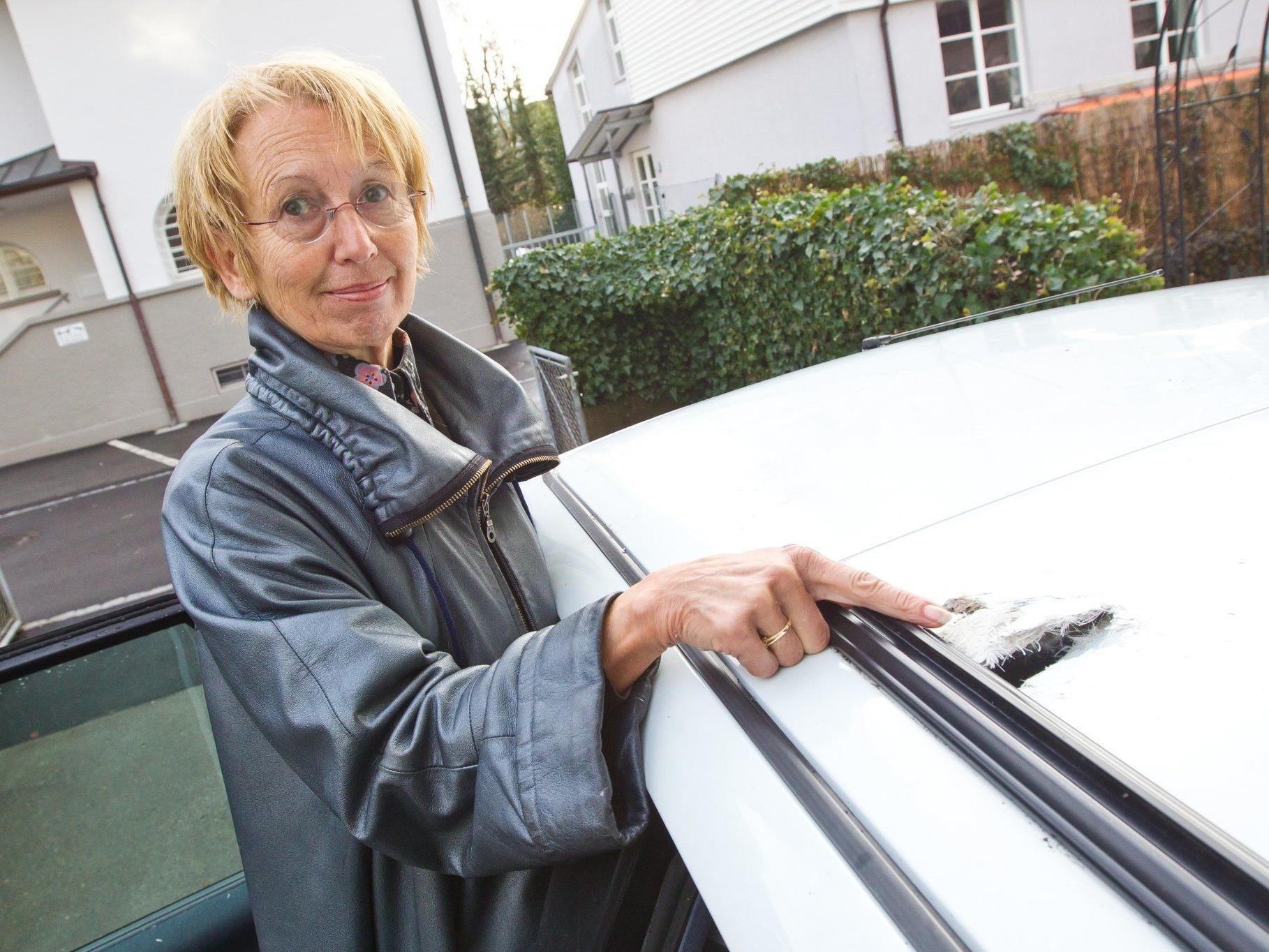 Das Autodach der Familie Kampl wurde von einem Böller regelrecht zerfetzt.