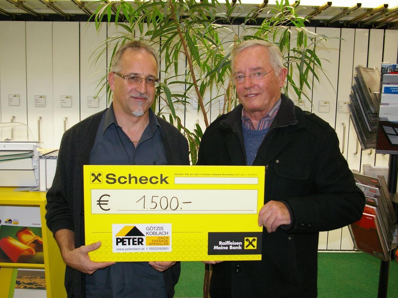 Peter-Geschäftsführer Christian Maissen (links) überreicht Walter Tschegg die Spende.