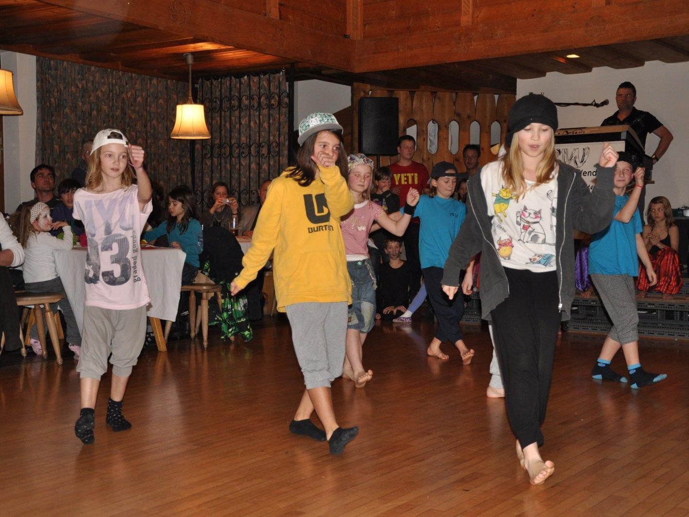 """Die """"Kids"""" begeisterten mit ihren Tanzeinlagen"""